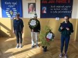 """Szkoła Podstawowa w Krzcięcicach przyłączyła się do obchodów """"Międzynarodowego Święta Drzewa"""". Obok budynku szkoły posadzono daglezję"""