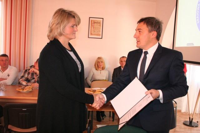 Radna Anna Orłowska odbiera od wójta listy gratulacyjne