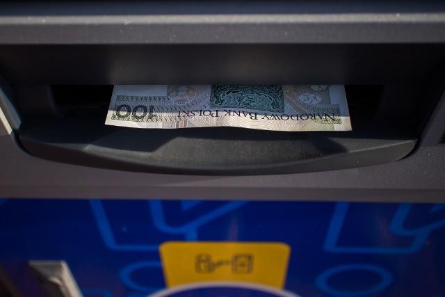 Problemy z dostępem do konta. Banki ogłaszają, że w weekend (7-9 maja) klienci mogą mieć problemy z płatnościami kartą lub wypłatami środków z bankomatów.Utrudnienia i przerwy w bankach mają związek z pracami technicznymi, które zaplanowano na ten weekend.Klienci kilku dużych banków mogą mieć problemy z płatnościami kartą lub wypłatami środków z bankomatów.Czy Twój bank jest na liście? Jakich utrudnień można się spodziewać? Sprawdź na kolejnych slajdach >>>>>