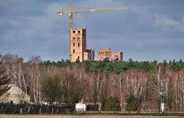 O tej inwestycji głośno zrobiło się w lipcu 2018 roku. To wtedy sieć obiegły zdjęcia olbrzymiego obiektu, który powstaje w Puszczy Noteckiej. Jak wygląda zamek w Stobnicy w marcu 2019 roku? Jest jeszcze większy! Nad lasem góruje już kilkudziesięciometrowa wieża.