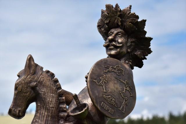 Pentathlonnikus to już 54. bachusik, który wkrótce stanie w Zielonej Górze. Obecnie można go podziwiać na terenie Wojewódzkiego Ośrodka Sportu i Rekreacji w Drzonkowie.Pentathlonnikus to bachusik poświęcony pięciobojowi nowoczesnemu, który reprezentuje wszystkie 5 dyscyplin. Autorem rzeźby jest Robert Tomak, a fundatorem Polski Związek Pięcioboju Nowoczesnego oraz Zielonogórski Klub Sportowy Drzonków.Bachusik został odsłonięty w minioną niedzielę (7 lipca) podczas rozpoczęcia młodzieżowych mistrzostw świata w pięcioboju nowoczesnym. Obecnie można go podziwiać na terenie ośrodka w Drzonkowie do czasu zakończenia imprezy, czyli do najbliższej soboty.- Na czas mistrzostw bachusik jest ustawiany przy podium w trakcie dekoracji zawodników. Natomiast po zawodach figurka trafi na Wzgórze Winne koło palmiarni. Miejsce, które wybraliśmy jest obecnie uzgadniane w urzędzie miejskim – mówi Sebastian Jagiełowicz, dyr mistrzostw w pięcioboju nowoczesnym. Pentathlonnikus na Winnym Wzgórzu ma stanąć do końca lipca.Paweł WańczkoZobacz też: Odsłonięcie rzeźby Bachusika Strażakusa - 01.04.2019Zielonogórskie Bachusiki