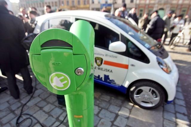 Wypożyczalnie samochodów elektrycznych ma m.in. Paryż. Na 3 tys. aut jest dwa razy więcej miejsc
