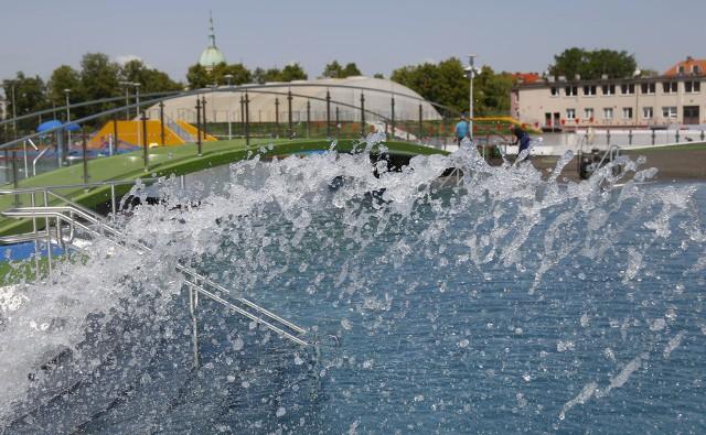 Baseny ROSiR w Rzeszowie napełniono już wodą, trwają tu jeszcze ostatnie prace wykończeniowe. Kąpielisko miało zostać otwarte w niedzielę 13 maja, termin ten jednak się przedłuży.WIĘCEJ: Prezydent Tadeusz Ferenc chce otworzyć baseny ROSiR w tę niedzielęTak wyglądały prace na basenach początkiem kwietnia:
