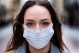 Jak prawidłowo nosić maseczkę ochronną, aby chronić się przed zakażeniem koronawirusem? - Niemal wszyscy robimy to źle – alarmuje WHO