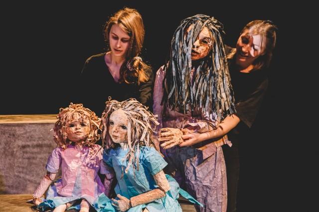 """""""Momo"""" to adaptacja baśni dla dzieci niemieckiego pisarza Michaela Endego. Opowiada o dziewczynce, która ma nadzwyczajną zdolność słuchania innych i pozytywnego wpływania na ludzi z otoczenia. Reżyserią spektaklu zajęła się południowoafrykańska producentka Janni Younge. Przyjechała do akademii, by zrealizować spektakl dyplomowy studentów IV roku aktorstwa."""