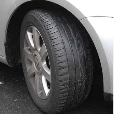 Gdy koło zmieniamy na jezdni, konieczne jest wystawienie trójkąta ostrzegawczego