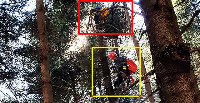 Czerwoną ramką oznaczone jest miejsce, w którym znajduje się paralotniarz. Ramka żółta lokalizuje strażaka spieszącego mu na pomoc