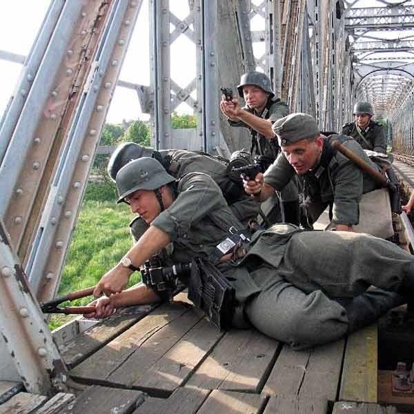 Operacja Barbarossa 2007To najwieksza inscenizacja historyczna na Podkarpaciu i jedna z najwiekszych w Polsce. W tym roku brali w niej udzial rekonstruktorzy z Polski, Czech, Slowacji i Rosji. Odbywala sie dokladnie w tym samym miejscu, co prawdziwe dzialania wojenne 22 czerwca 1941 r.
