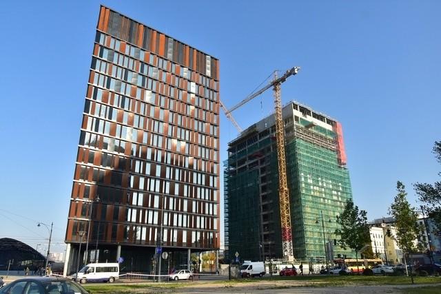 Budynek B dorównał wysokością budynkowi A.Drugi z biurowców tworzących kompleks Bramy Miasta  przy dworcu Łódź Fabryczna osiągnął swoją konstrukcyjną wysokość piętnastu pięter. Zaprojektowany przez Medusa Group zespół biurowy mający stanowić swoiste wejście do Nowego Centrum Łodzi wznosi firma Skanska. Termin oddania do użytku jeszcze odległy - będzie to drugi kwartał przyszłego roku - jednak już wkrótce gmach zacznie nabierać ostatecznego kształtu. Czytaj na kolejnym slajdzie