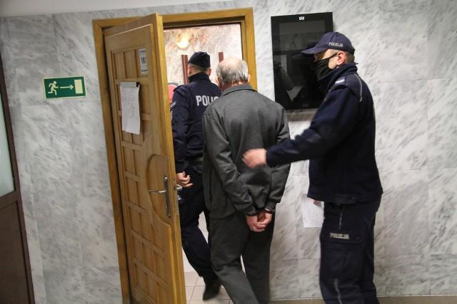 Oskarżony kapłan doprowadzany przez policjantów na salę rozpraw