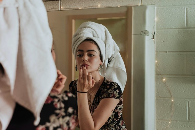 Istnieje wiele doskonałych produktów kosmetycznych, które czynią cuda, dając jedwabiście gładką skórę czy lśniące włosy. Ale jest również garstka takich, które nie robią nic i są po prostu niepotrzebnym wydatkiem albo wręcz mogą powodować reakcje zapalne czy przyspieszać proces starzenia.Niektórymi produktami kosmetycznymi można uszkodzić skórę, nawet o tym nie wiedząc!Zobacz listę popularnych produktów kosmetycznych, które w rzeczywistości mogą być szkodliwe >>>>>