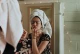 Te popularne kosmetyki w rzeczywistości mogą być szkodliwe. Dermatolodzy ostrzegają!