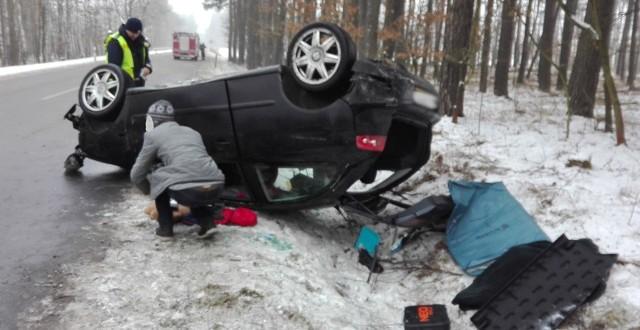 Do zdarzenia dosło na trasie Łochowice-Struga. Seta wpadł w poślizg na oblodzonej drodze. Na szczęście nikomu nic się nie stało.Do zdarzenia doszło w piątek, 20 stycznia. Na drodze było dosłownie lodowisko. Seat wpadł w poślizg i wypadł z drogi dachując w rowie na poboczu. Na miejsce zdarzenia przyjechali strażacy ochotnicy z Bytnicy oraz zawodowi z Krosna Odrzańskiego. Zabezpieczyli miejsca wypadku i kierowali ruchem na drodze.Osobami z seta zajęło się pogotowie ratunkowe. Na miejscu byli również krośnieńscy policjanci. Na szczęście nikomu nie stało się nic groźnego. Przeczytaj również: http://www.gazetalubuska.pl/wiadomosci/zielona-gora/a/nocne-zderzenie-samochodow-na-skrzyzowaniu-w-zielonej-gorze,11713988/