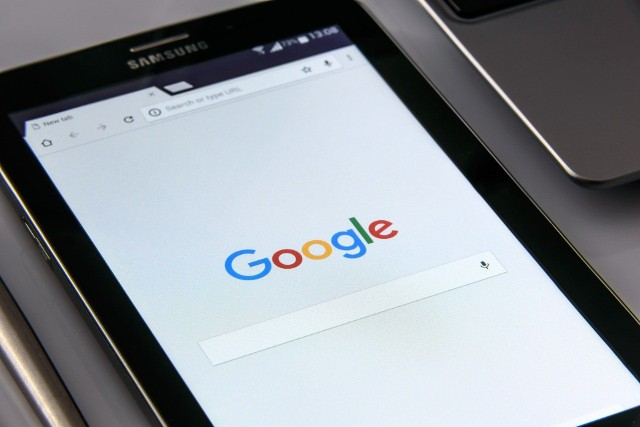 Aktualizacja Google zawiera błąd, który powoduje pojawianie się co chwila na ekranie informacji, o tym, że Google wciąż przestaje działać. To może utrudniać użytkowanie telefonu.