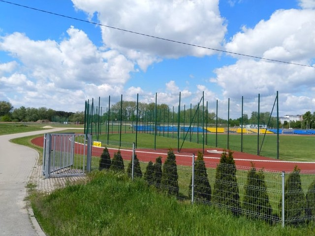 Stadion lekkoatletyczny w Warce będzie niedługo miał nowe wyposażenie.