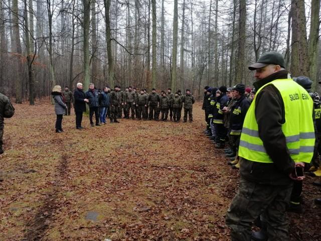Strażacy, leśnicy, wolontariusze, przeczesywali lasy w gminach Gielniów i Przysucha w poszukiwaniu padłych zwierząt.