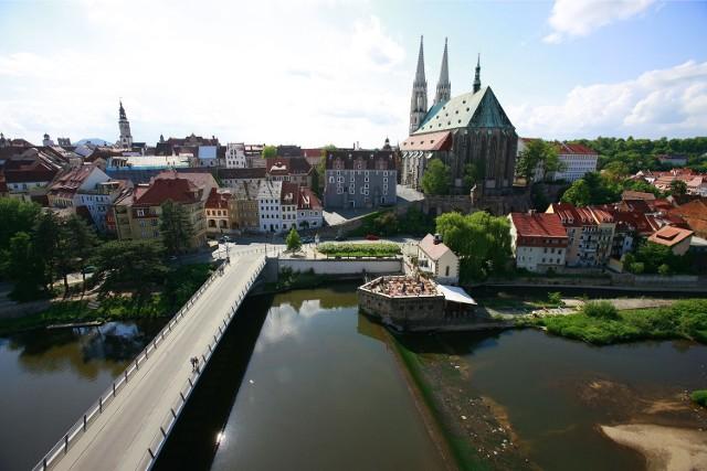 Od 1995 r. tajemniczy darczyńca regularnie (ro roku) przelewał na konto Görlitz ponad pół miliona euro. Dzięki temu miasto mogło odrestaurować sporo zabytków. Na zdjęciach właśnie Görlitz