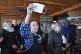Pierwsza restauracja w Wielkopolsce otwarta mimo obostrzeń. Czy będą mandaty? Goście wygwizdali sanepid, a policji bili brawo