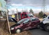 Na DW 901 pod Dobrodzieniem zderzyły się dwa samochody [zdjęcia]