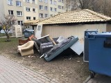 Śmieciarze w Rzeszowie. Pozbywają się z domu gratów i pod osłoną nocy robią śmietnik na osiedlu. Niestety, w zasadzie są bezkarni