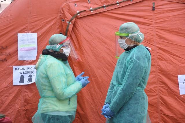 Codziennie dziesiątki osób w szpitalach walczą o życie i zdrowie pacjentów z koronawirusem. (Zdjęcie ilustracyjne)