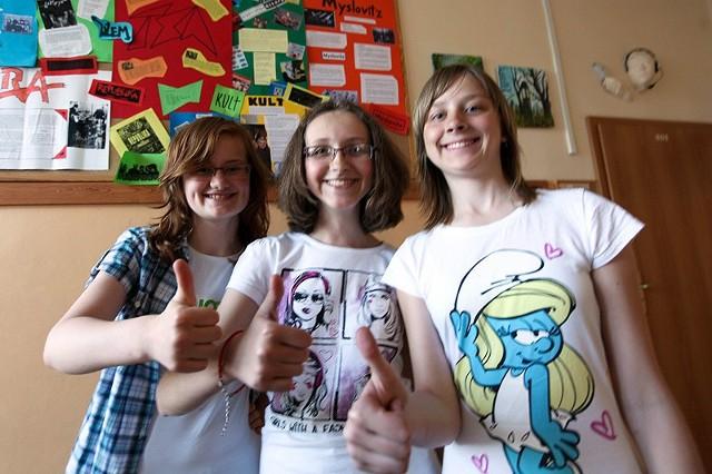 Pierwszoklasistki (od lewej): Weronika Paszko, Alicja Szczurzewska i Angelika Łuniewska w Brukseli nagrodę i gratulacje odebrały z komisarza ds. budżetu i programowania finansowego Janusza Lewandowskiego.