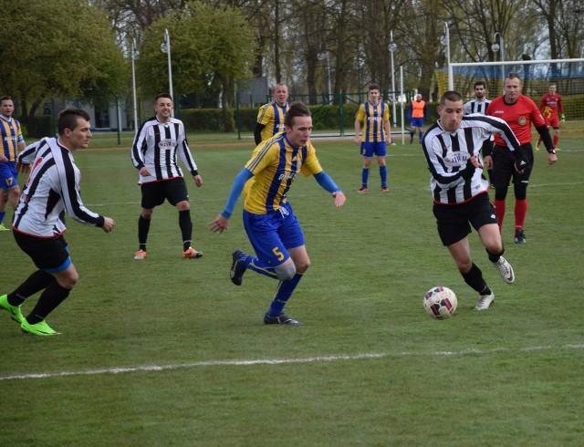 Piotr Gajda (w żółto-niebieskim stroju) to drugi po rundzie jesiennej strzelec Nidy Pińczów. Dla naszego zespołu zdobył jednak zaledwie 3 gole.