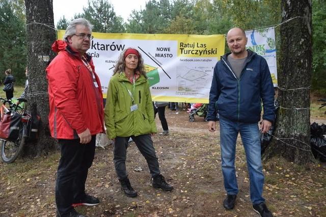 Jesteśmy oburzeni. Nie dalej jak dwa miesiące temu zaprosiliśmy dyrektora Regionalnej Dyrekcji Lasów Państwowych w Białymstoku Andrzeja Nowaka na miejsce. Oglądał z nami las i dał nam do zrozumienia, że chce, by był on zachowany. Powiedział, abyśmy nie obawiali się, że powstaną tu cmentarze - mówi Marek Borowski.