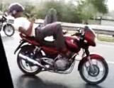 """Rekreacja na motocyklu, czyli jazda """"na Hindusa"""" (wideo)"""