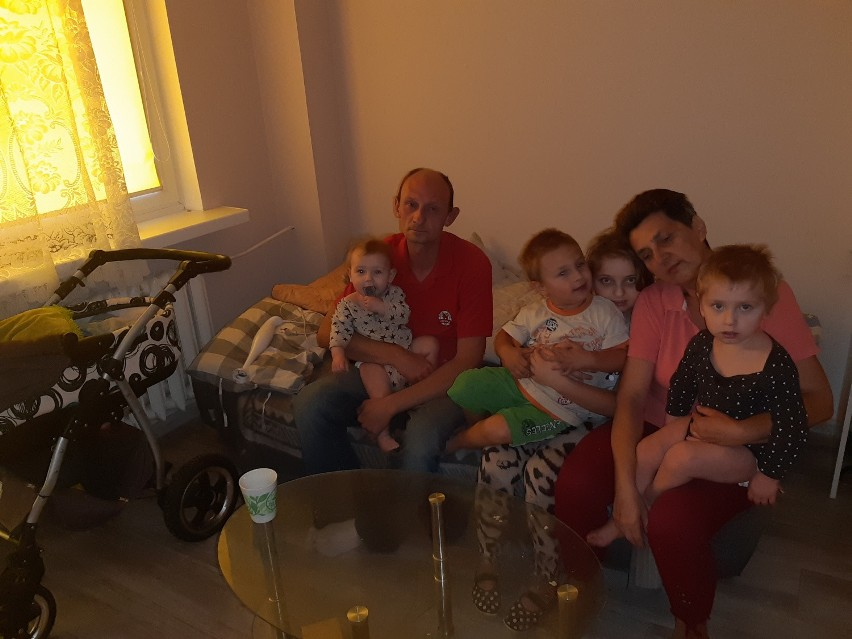 Pan Tomek z gromadką - Oliwią, Tomkiem, Kacprem, Oskarem i Amelką (w wózku) oraz teściową, która po śmierci pani Agnieszki jeszcze częściej pomaga w opiece nad dziećmi