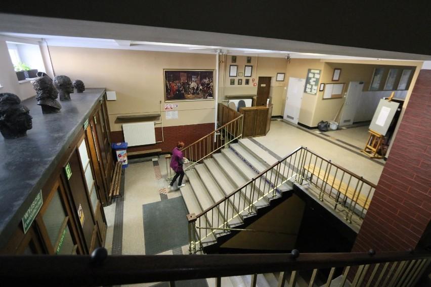 Podczas pandemii szkolne korytarze świecą pustkami. Powrót do szkół możliwy będzie od 25 maja.