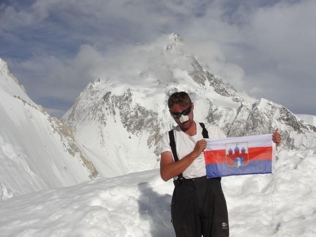 Darek z flagą Bydgoszczy w drodze na Gasherbrum II