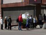Kolejka po otwarciu urzędu w Pabianicach dla petentów ZDJĘCIA