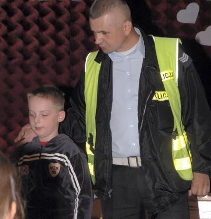 Wraz z początkiem naszej akcji Bezpieczne Drogi sierż. sztab. Waldemar Kałek i inni policjanci z wolsztyńskiej komendy odwiedzają pierwszoklasistów, którym tłumaczą, jak bezpiecznie poruszać się po chodniku i drodze