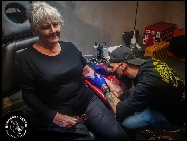 79-latka z Krakowa zrobiła swój pierwszy tatuaż! Jest jedną z najstarszych klientek studiów tatuażu w Polsce