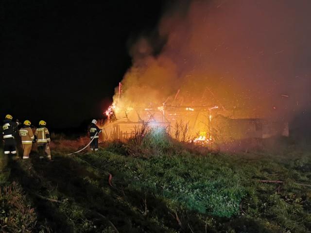 Z pożarem budynku gospodarczego w Nieczajnej Dolnej walczyli w nocy strażacy z kilku jednostek
