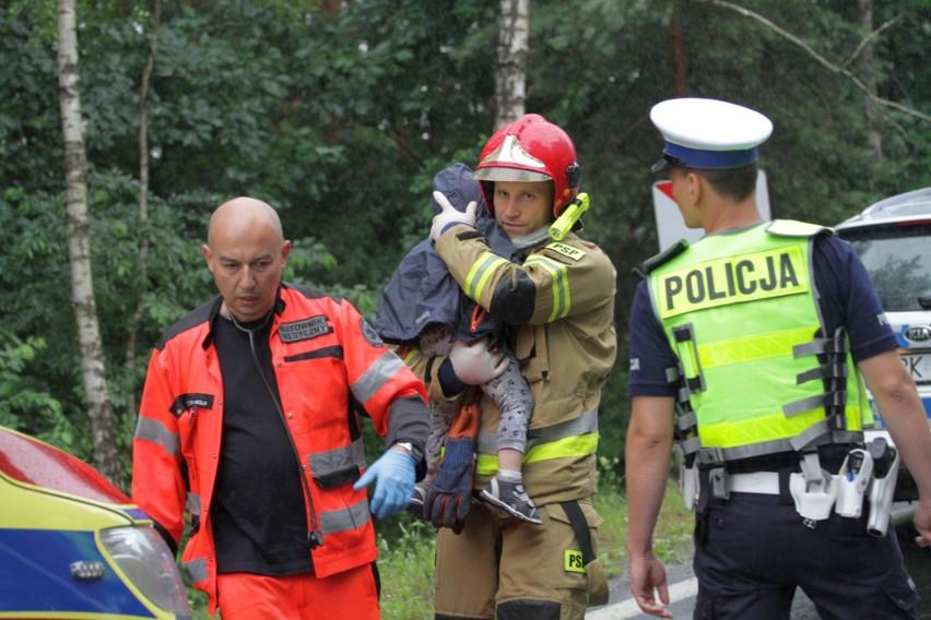 Tragiczny wypadek w Jamnicy. Po zderzeniu dwóch audi zginęło małżeństwo. Podróżowali z małym dzieckiem [ZDJĘCIA]