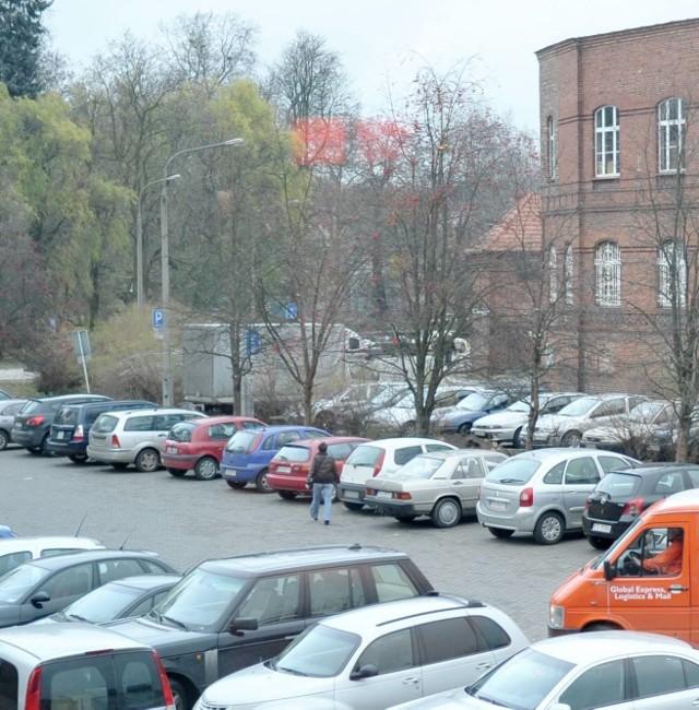 Wielopoziomowy parking miałby stanąć koło Park 111, gdzie i dziś parkują samochody