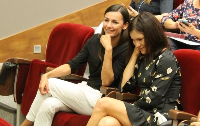 Anna Wielgosz (na zdj. z lewej) z zawodniczką LKS-u Stal Mielec Katarzyną Zdziebło