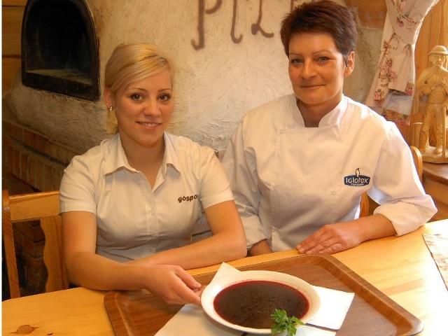 Bożena Gotkowska (od prawej), szefowa kuchni i Renata Kowalczyk, kelnerka, prezentują wigilijny barszcz czerwony na własnym zakwasie.
