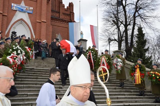 Kilkaset osób wzięło udział w uroczystościach pogrzebowych, jakie odbyły się w lesie lućmierskim niedaleko Zgierza