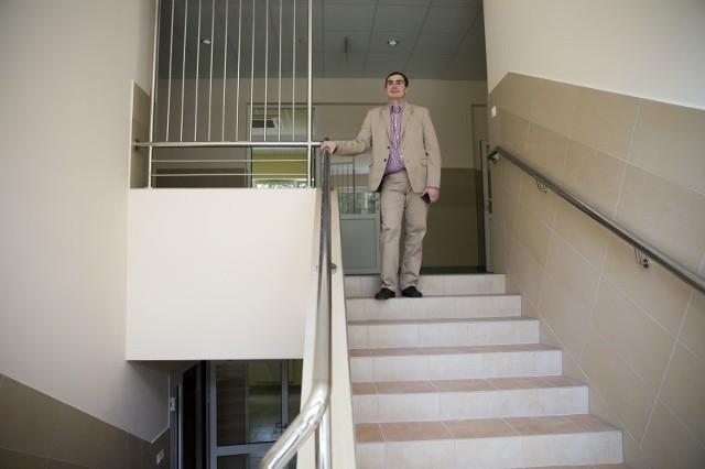 Nowe sale są już gotowe - pokazuje dyrektor II LO Dariusz Bossowski. - Przez wakacje wstawimy do nich wyposażenie.