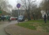 Radiowóz parkuje mimo zakazu zatrzymywania się i postoju