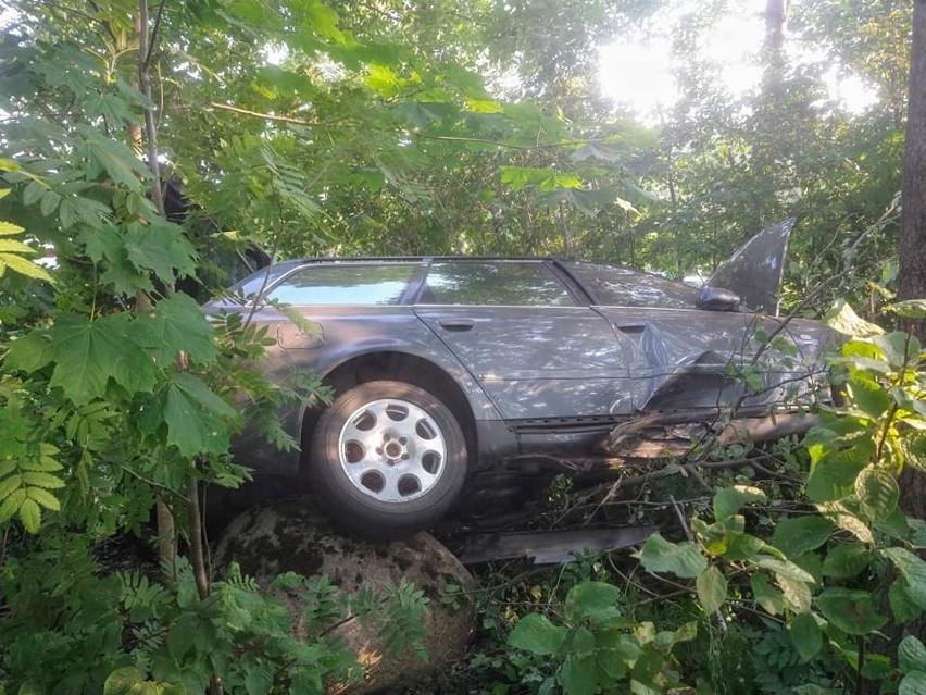 Wypadek na trasie Suchowola - Dąbrowa Białostocka. Audi wjechało w drzewo. Kierowca trafił do szpitala [ZDJĘCIA]