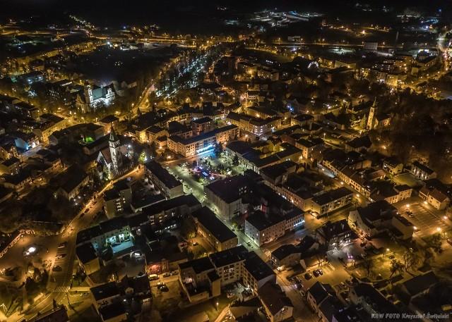Olesno nocą - widok z lotu ptaka. Zdjęcia dronem wykonał Krzysztof Świtalski.