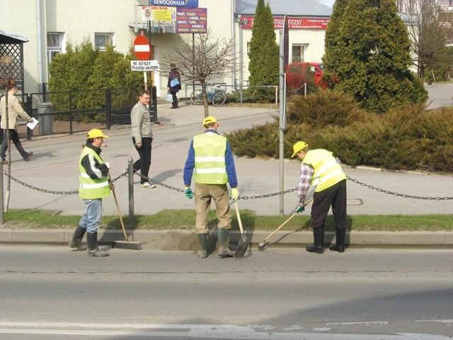 Sprzątanie ulicy Sikorskiego w Łapach