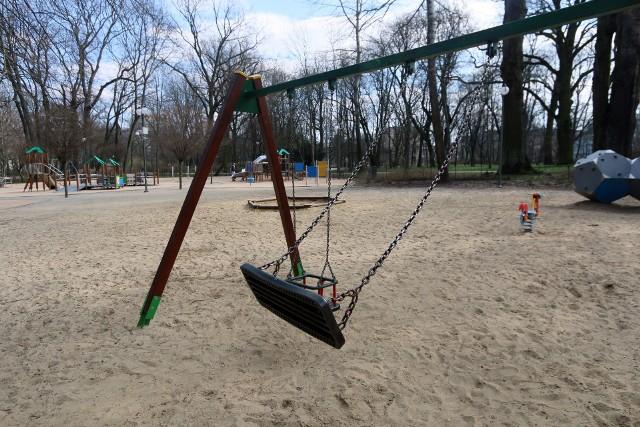 Plac zabaw w Ogrodzie Saskim w normalnych warunkach, przy takiej pogodzie, jaka była w czwartek, byłby wypełniony dziecięcym gwarem.  Świecił jednak pustkami