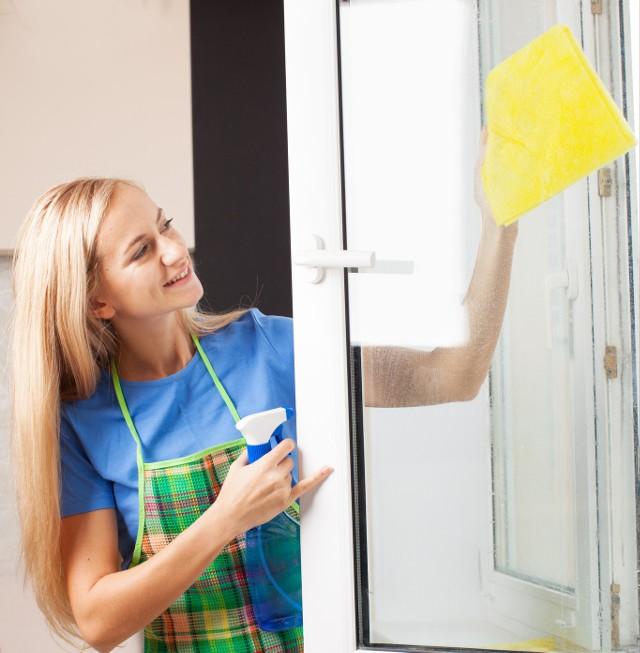 Mycie okienOkna powinniśmy myć nie tylko po to, aby były czysto i wyglądały estetycznie, ale także po to, by brud nie niszczył ich powierzchni. Należy także pamiętać, aby szyby czyścić specjalnie przeznaczonymi do tego płynami, a także aby nie myć okna na sucho.