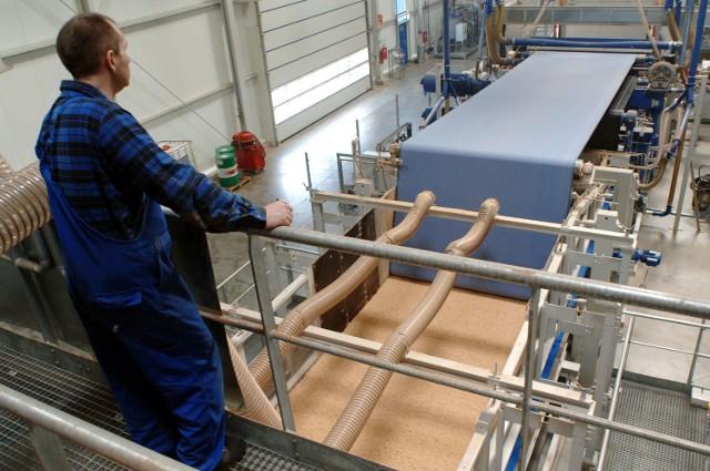 Ponad 240 tysięcy m kwadratowych surowej płyty HDF może dziennie wyprodukować nowa, otwarta wczoraj prasa w zakładzie Homanit w Karlinie.