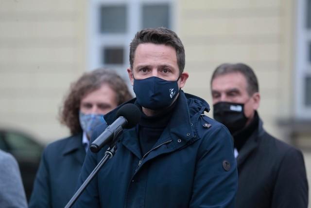 Najnowszy sondaż: Kto powinien pełnić rolę lidera opozycji w Polsce? W czołówce Rafał Trzaskowski oraz Szymon Hołownia